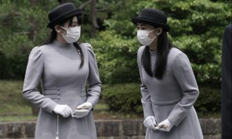 2か月ぶりの姉妹ご公務はマスク姿。眞子さま、佳子さまがライトグレーの参拝服で拝礼