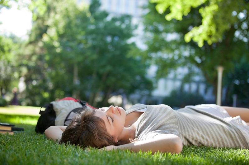 健康のためには日光を浴びてビタミンDを作りたいところだけれど…(写真/アフロ)