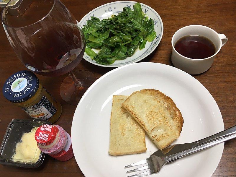 トーストなどが並ぶ朝食