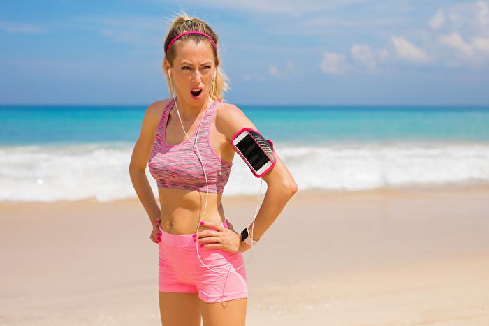 ビーチで運動中の女性