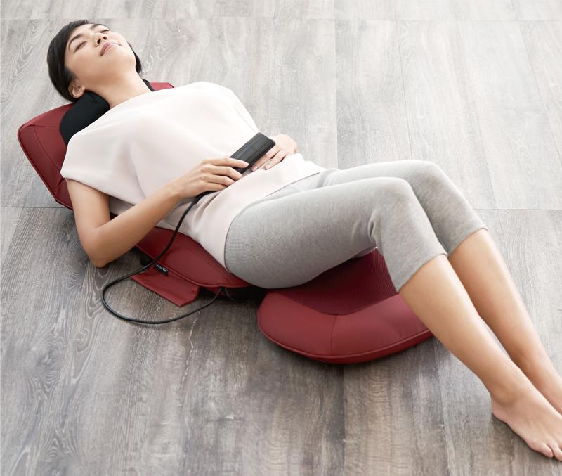 寝姿勢でマッサージシートを使う女性