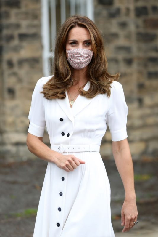 イングランド中部の都市・シェイフィールドに拠点を持つ子育て支援組織を訪問したマスク姿のキャサリン妃