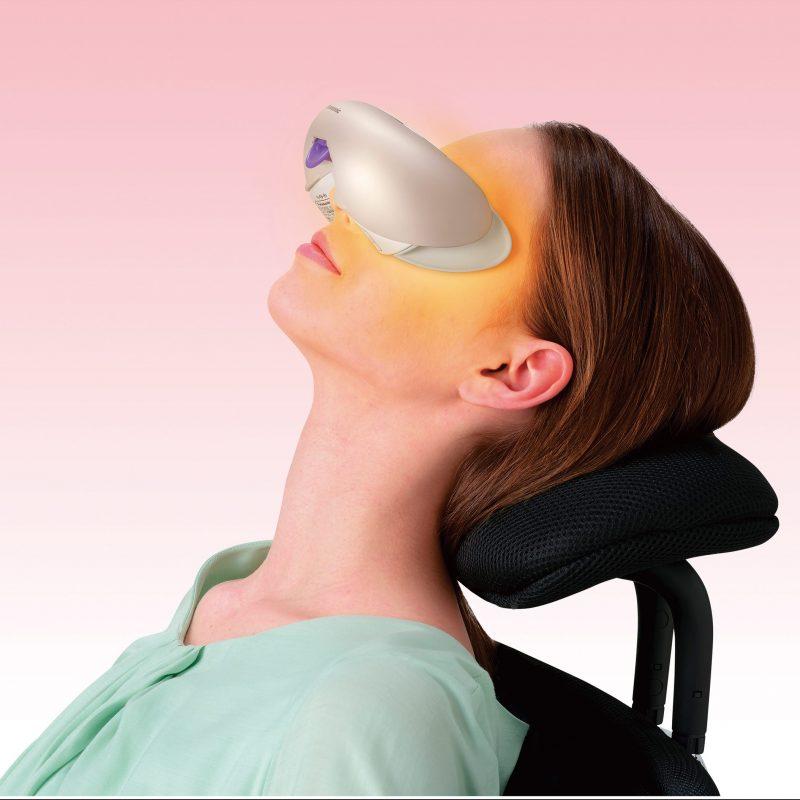 パナソニックの目もとエステ EH-SW68を装着して椅子でくつろぐ女性
