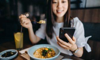 スマホを見ながら食事すると太る!その2つの理由|プロが教えるデブ習慣とその改善方法