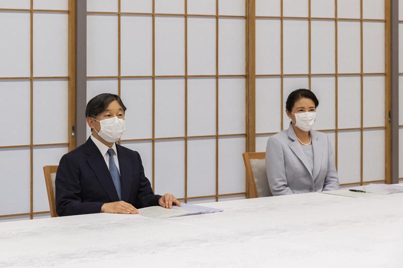天皇陛下と雅子さまがマスク姿で並んでご進講をされている