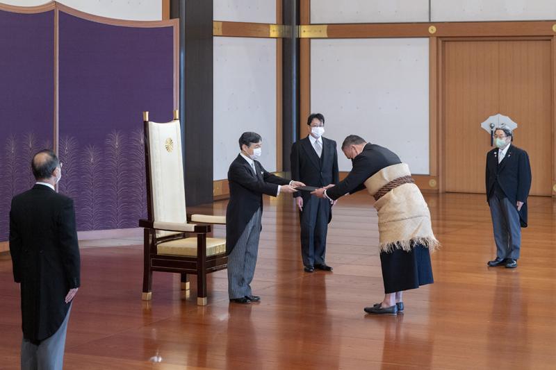 トンガ国信任状捧呈式を行う天皇陛下とトンガ大使