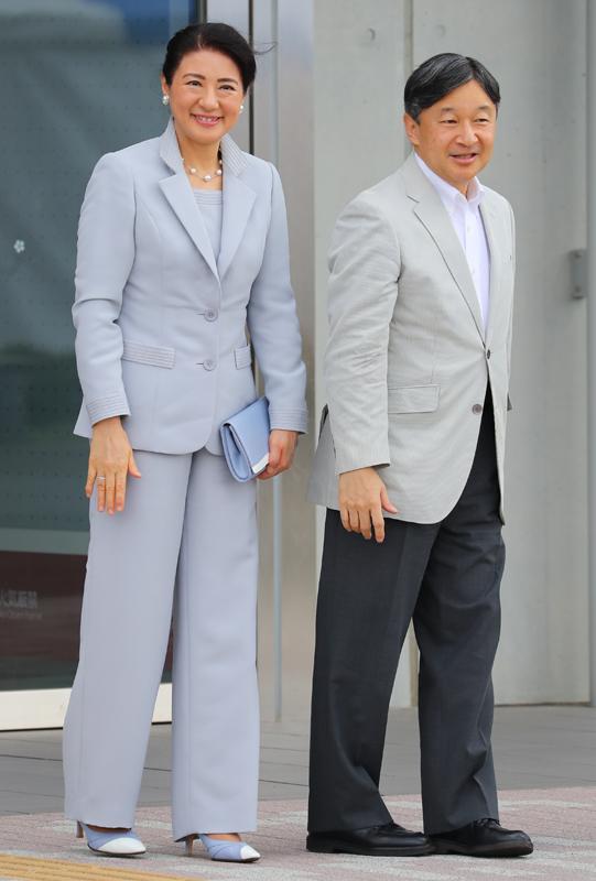 天皇陛下とグレーのパンツスーツを身につけられた雅子さまが並んでいらっしゃる