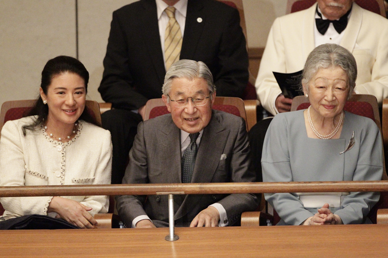 上皇陛下、美智子さま、雅子さまが並んで演奏をお聞きになっている