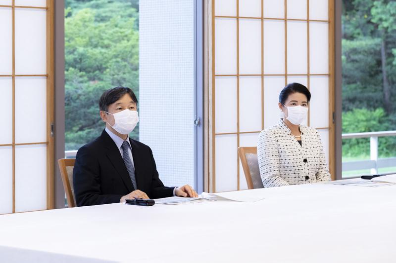 ご進講を受けられる天皇陛下と雅子さま
