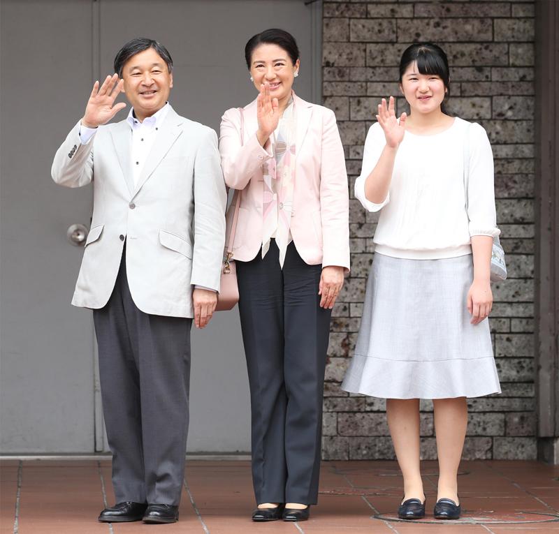 天皇陛下、雅子さま、愛子さまがならんで手を振っていらっしゃる