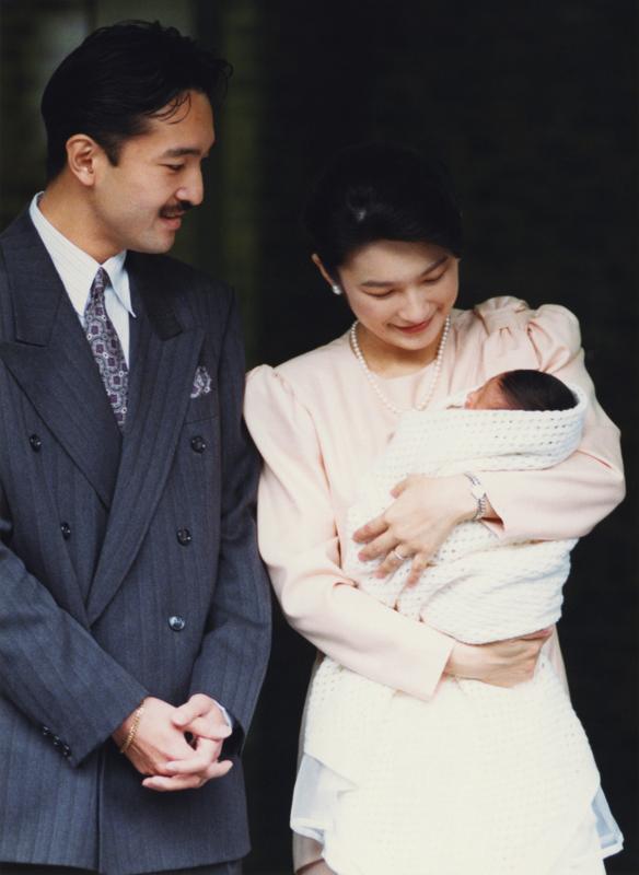 宮内庁病院前で秋篠宮さまと紀子さまが眞子さまを抱っこされてほほ笑んでいらっしゃる