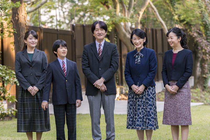 秋篠宮ご一家の5人が笑顔で並んでいらっしゃる