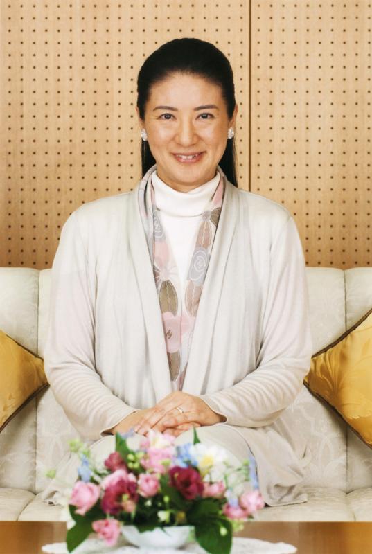 雅子さまが白いセーターにカーディガン、ストールを身につけてほほ笑んでいる
