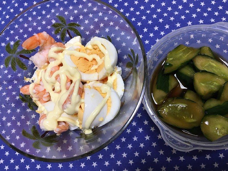 ゆで卵とゆで海老をマヨネーズで和えたサラダ、きゅうりの漬物