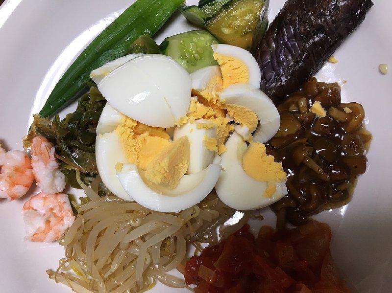 ゆで卵入りの朝食