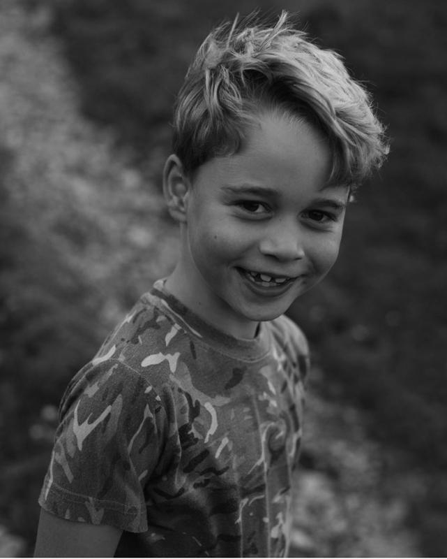 7才のジョージ王子がほほ笑んでいる