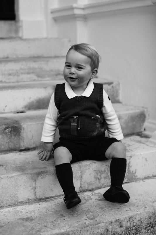 階段でポーズを取っているジョージ王子