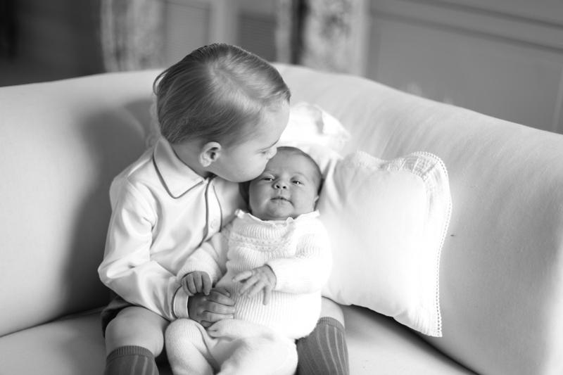 ジョージ王子がシャーロット王女を抱っこしている