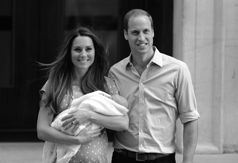 ウイリアム王子夫妻が生まれたばかりのジョージ王子を抱いて産院から出てきている