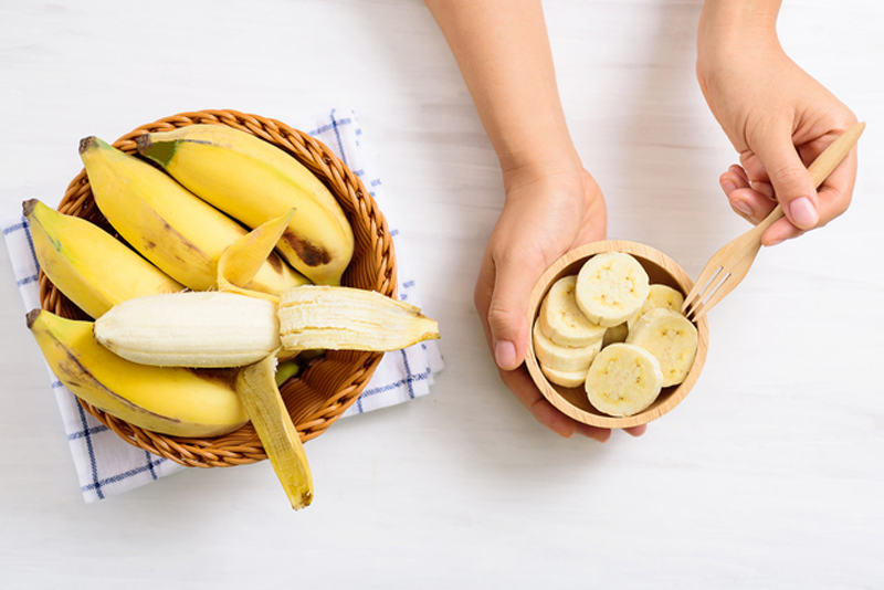切ったバナナとかごに入ったバナナが並んでいる