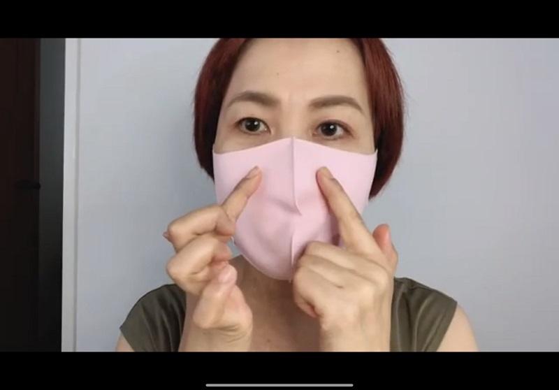 マスクの上から小鼻に人差し指を当てる山本浩未さん