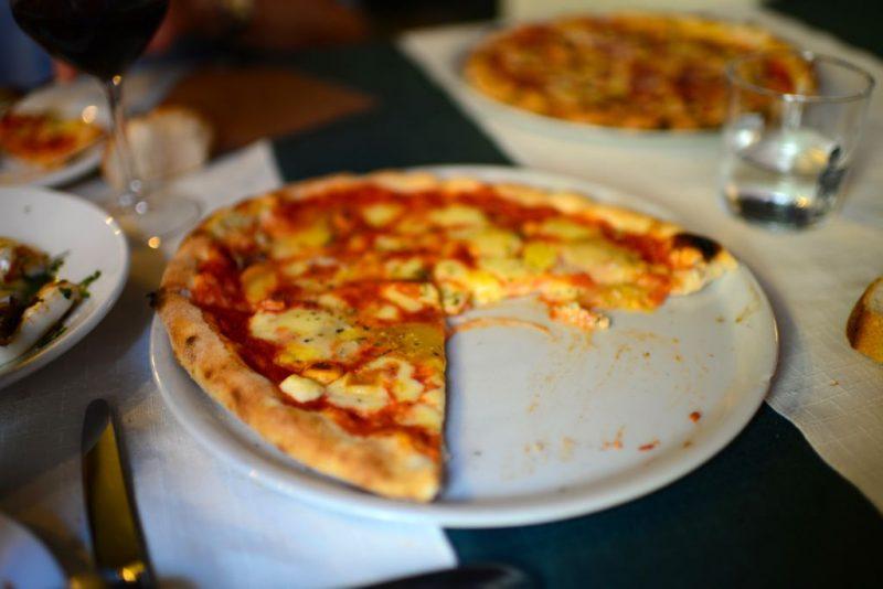 ピザの食べかけ