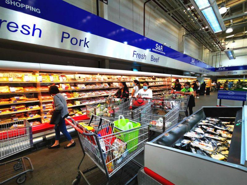 スーパーのカートに食料品がたくさん入れられている
