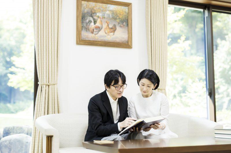 秋篠宮殿下と紀子さまがソファに腰掛け本を見ているところ