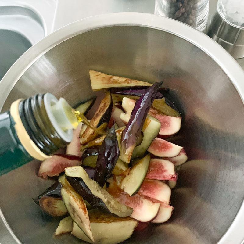 「いちじくとなすの秋サラダ」をボウルで作っているところ