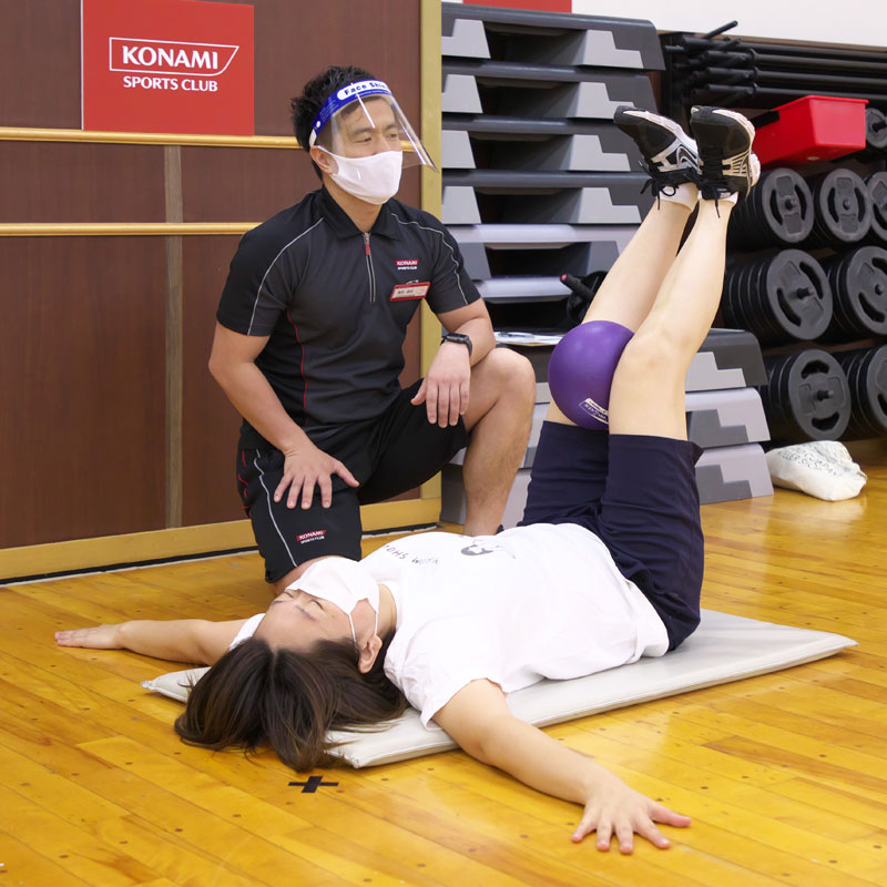 コナミスポーツクラブのインストラクター横田昌佳さん指導の元、トレーニングをするライターM