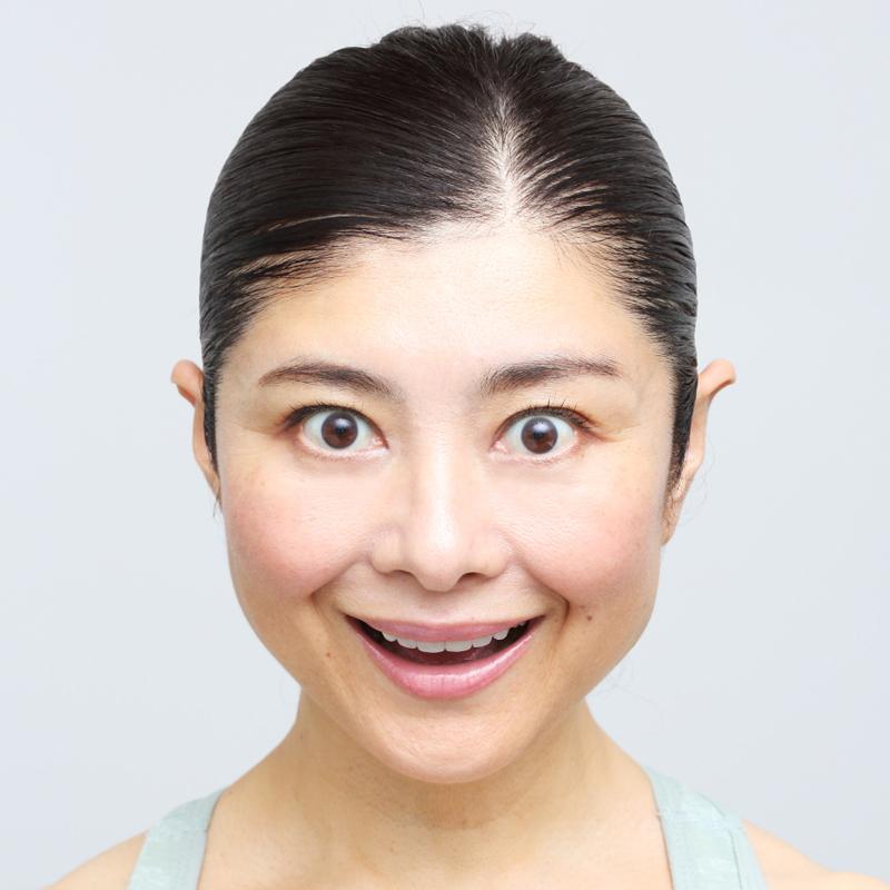 【ほっぺ笑い】OK! 上の歯8本を見せて口角は上に引き上げ、頰をリフトアップする。頰の位置が高くなると立体的な小顔に