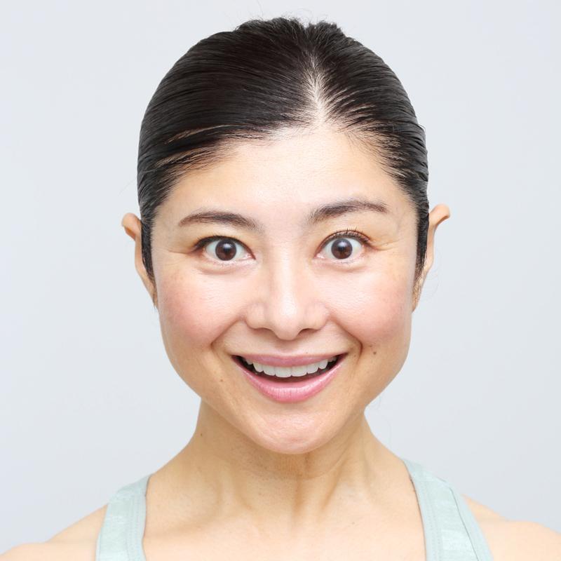 上の歯8本が見えるように口角を真上に引き上げた間々田さん