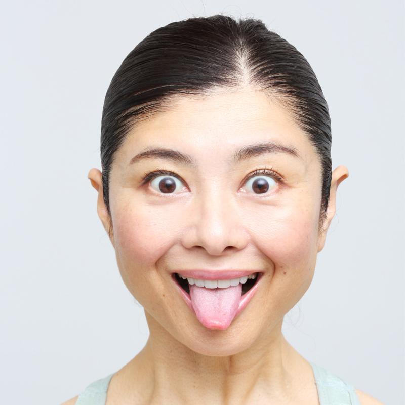 上の歯8本が見えるように口を開け舌を真下に出した間々田さん