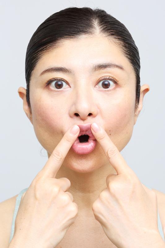 上唇をめくり上げるように人さし指で押さえた間々田さん