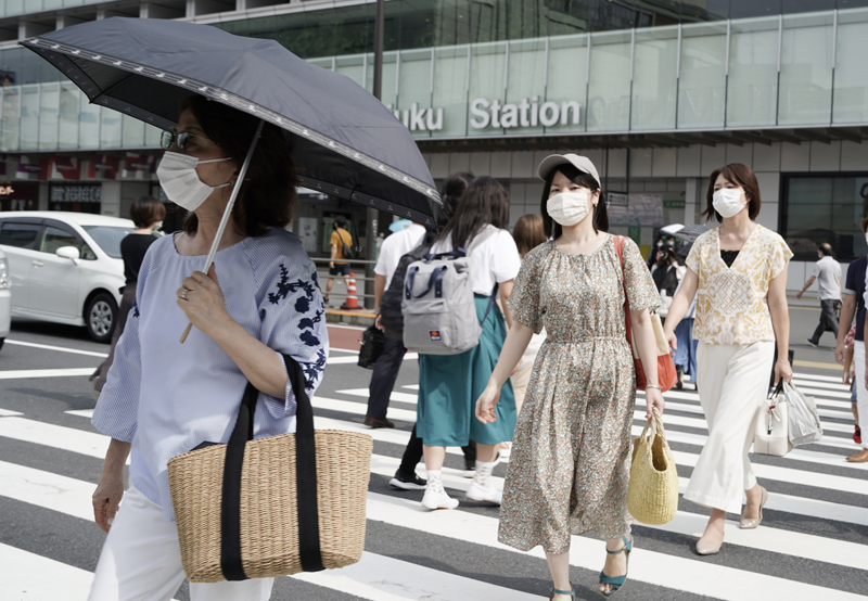 新宿の街をマスクを着けて歩く女性たち