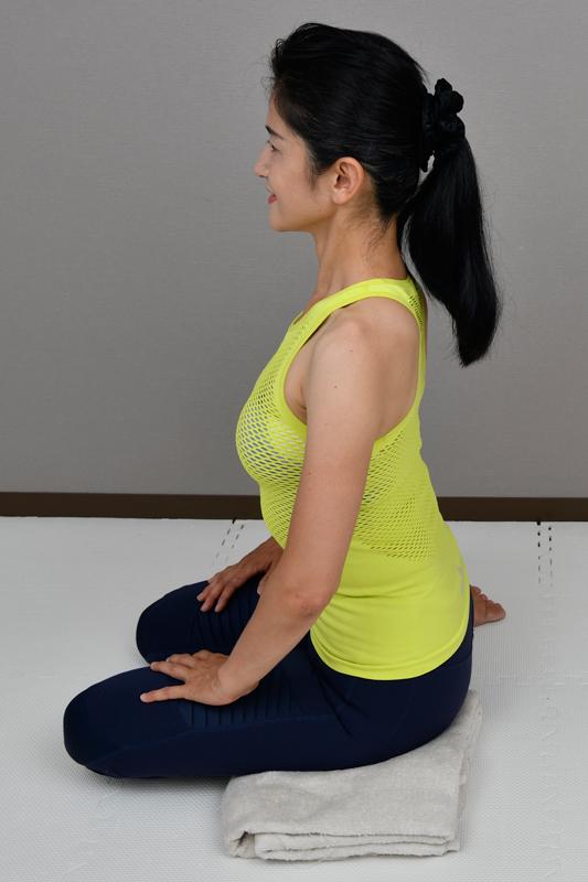 背筋を伸ばして横座りする女性