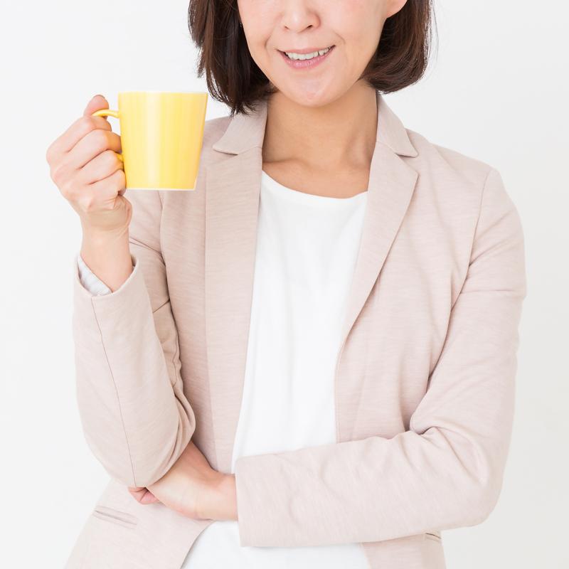 低糖質ドリンクを手にする女性