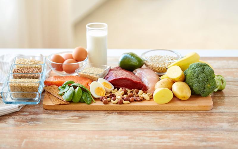 ナッツや野菜、果物がテーブルに乗っている
