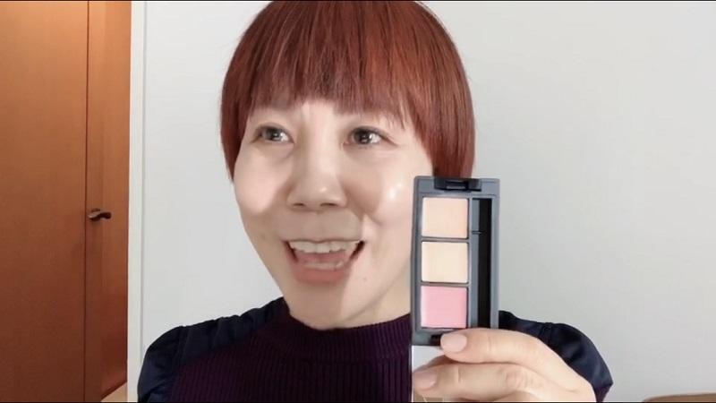 3色カラーパレットを手にした山本浩未さん