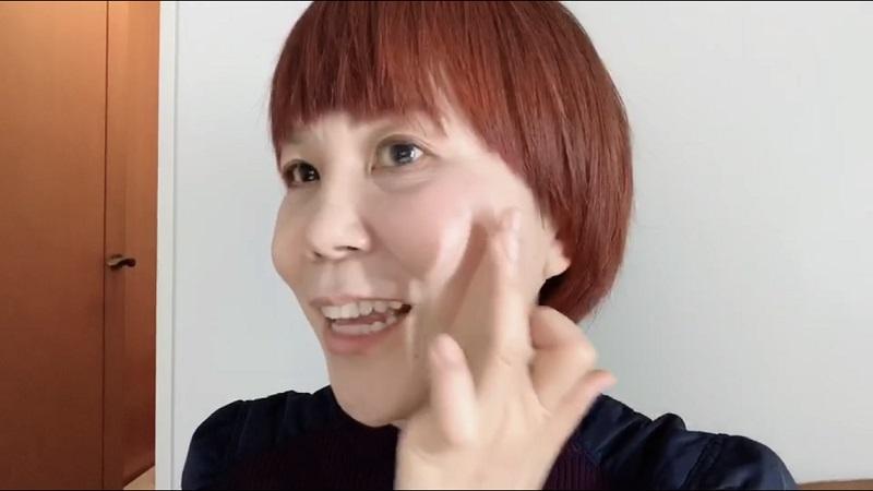 頬にチークを叩きこむ山本さん