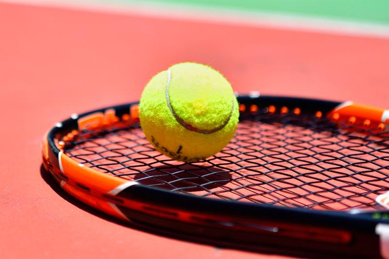 """テニスボールを用意したらあとは""""ながら""""でOK(写真/アフロ)"""