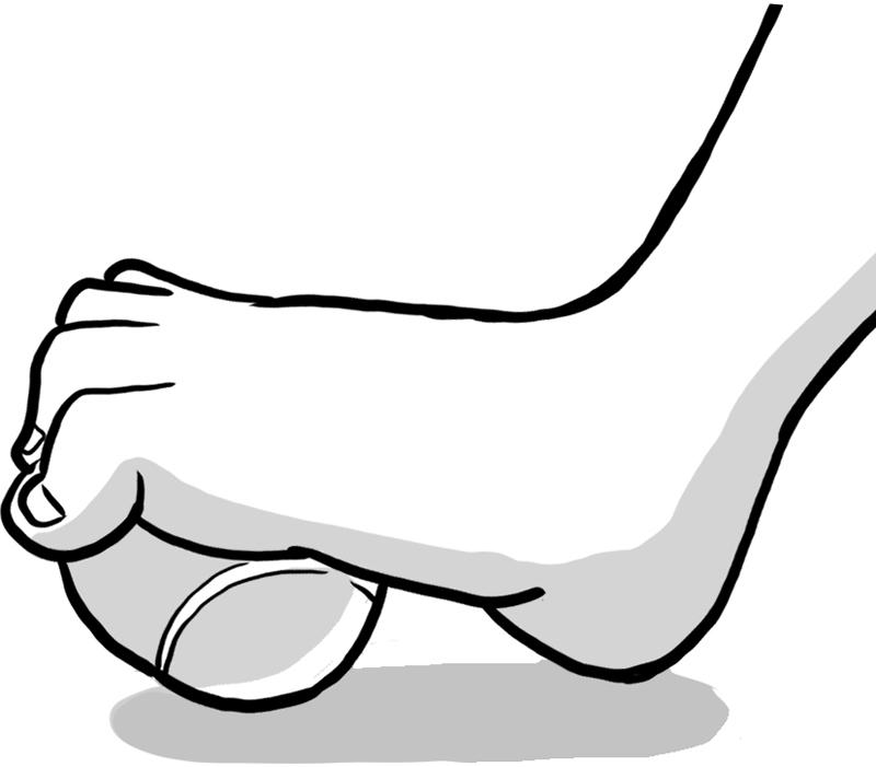 足裏でテニスボールを踏み、足の指をグーにしてボールを掴む