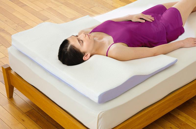 『セブンスピロー』を使って眠る外国人女性