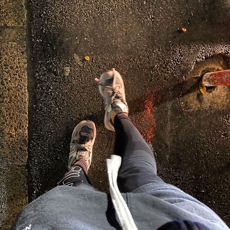 歩くI美の足元