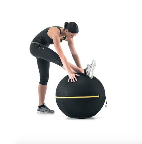 ウェルネスボール アクティブシッティング 55cmに足をかけてエクササイズしている女性