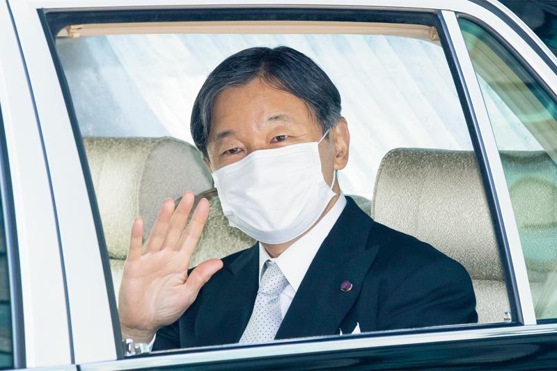 車内で手を振る天皇陛下