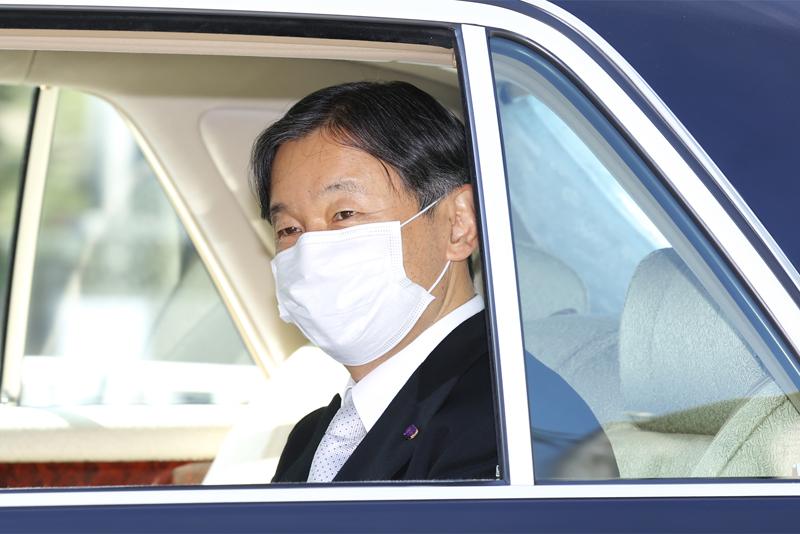 車内で笑顔の天皇陛下