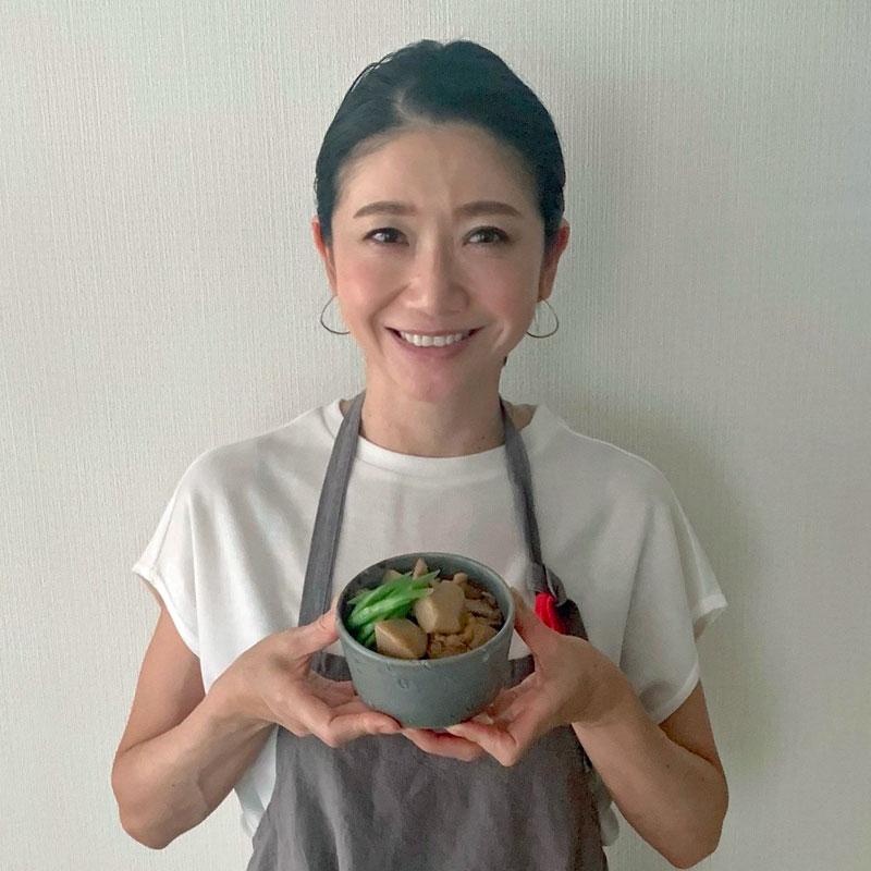 「里芋と鶏肉のこっくり煮」を持つ市橋有里