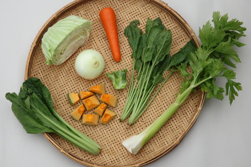 野菜のポタージュスープの材料がならんでいる