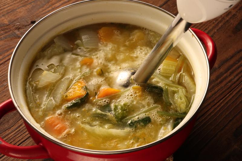 鍋で煮込んだ野菜をハンドブレンダーでポタージュにしている